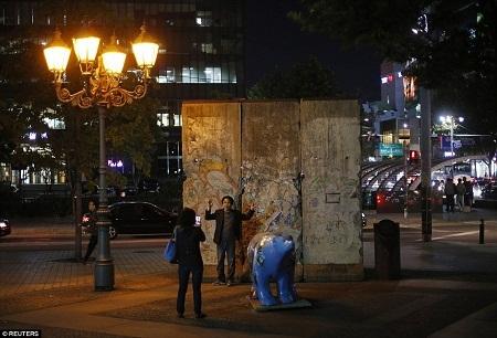 Những phiến tường Berlin nằm tại Quảng trường Berlin, thủ đô Seoul, Hàn Quốc.