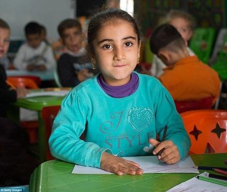 Những em bé sống trong trại tị nạn sẽ phải đón một mùa Giáng sinh xa nhà.