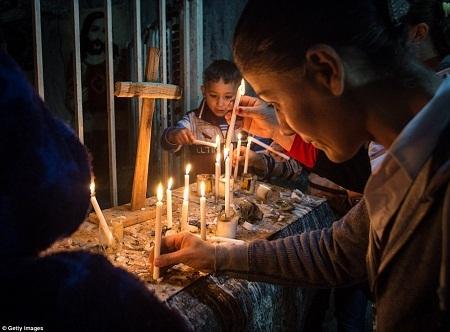 Một bàn thờ Chúa dựng tạm của những con chiên tị nạn.