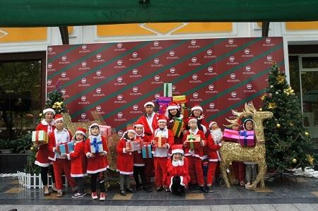 Các em thiếu nhi khu đô thị biểu diễn trong Lễ thắp sáng cây thông Noel