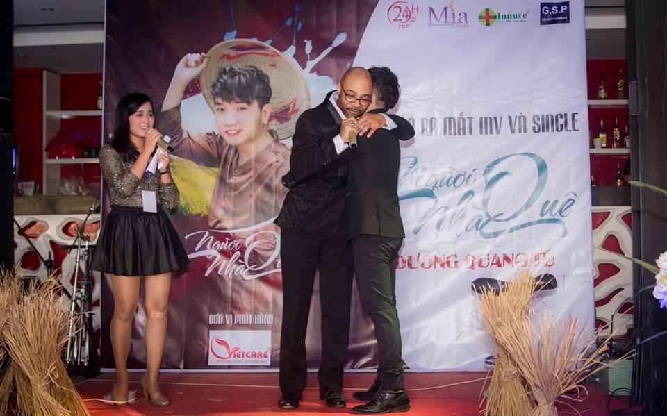 David C. Murray lên sân khấu ôm chầm lấy Dương Quang Tú vì thán phục giọng ca Người Nhà Quê
