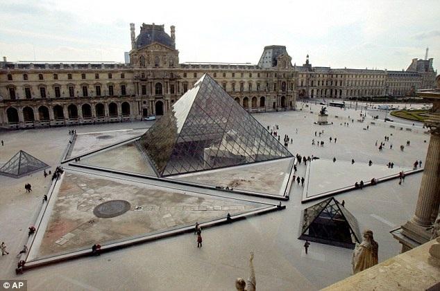 """Viện bảo tàng Louvre hiện có rất nhiều tác phẩm nghệ thuật nằm """"chất đống"""" trong kho."""