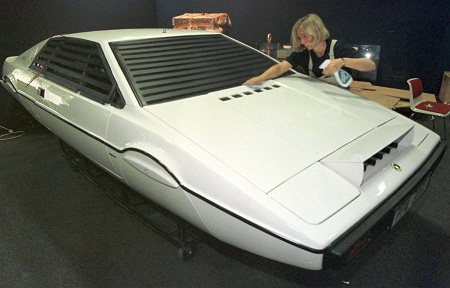 Trong phim, chiếc Esprit thậm chí còn có thể trở thành tàu ngầm.