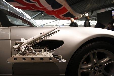 Chiếc Z8 của Bond thậm chí còn có khả năng phóng tên lửa mini từ bên thân xe như thế này.