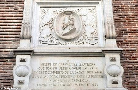 Khu tưởng niệm nhà văn Cervantes đặt trong nhà thờ nơi ông yên nghỉ.