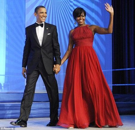"""Phu nhân Obama (trái) và nhân vật Alicia Florrick trong phim """"The Good Wife"""" (phải)."""