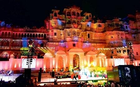 Cung điện Jagmandir được xây dựng trên một hòn đảo nhỏ nằm giữa hồ Pichola nằm ở phía bắc Ấn Độ.