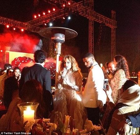 Jennifer Lopez trong một màn giao lưu với khán giả.