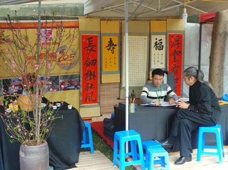 Vẻ đẹp Hồ Văn ngày xuân thêm ý nghĩa với những bức thư pháp Khuyến học.
