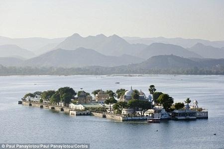 Khách khứa lên thuyền để tới được lâu đài nằm giữa hồ - nơi tổ chức hôn lễ.