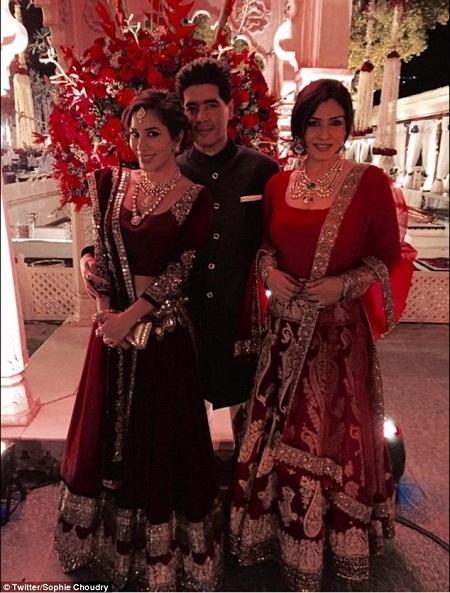 Nhà thiết kế Manish Malhotra và hai nữ diễn viên Sophie Choudry và Raveena Tandon.