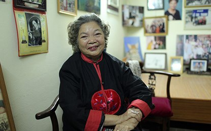 Năm nào nghệ sĩ Lê Mai cũng ra chợ Hòe Nhai để chọn mua cành đào đẹp nhất mang về bày Tết.