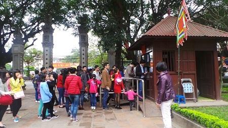 Dòng người xếp hàng trật tự ở trước các quầy bán vé vào cửa.
