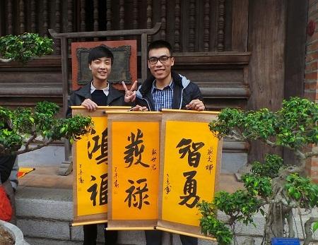 Hai sĩ tử xin chữ để cầu may mắn trong sự học.