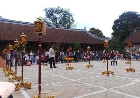 Cuộc thi cờ tướng trong sân Văn Miếu.