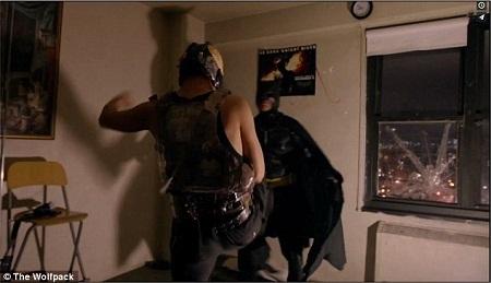 """Hai anh em nhà Angulo đóng một cảnh trong phim """"Hiệp sĩ bóng đêm trỗi dậy"""" (2012)."""