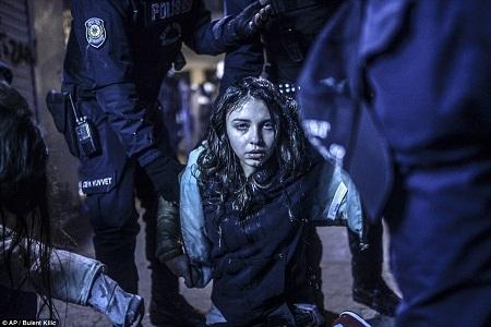 Giải nhất ảnh đơn ở hạng mục Tin tiêu điểm (Spot News) - Bulent Kilic (Thổ Nhĩ Kỳ):
