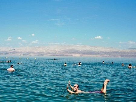 Ngâm mình trong biển Chết ở Israel.