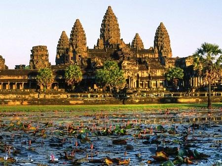 Đến thăm đền Angkor Wat ở Campuchia.
