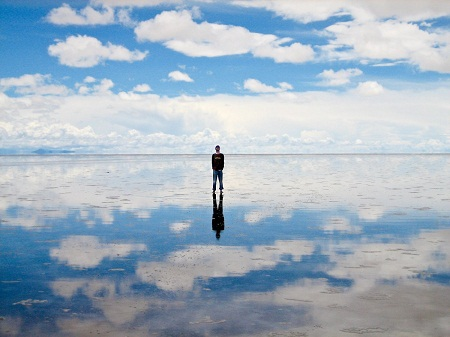 Đến thăm cánh đồng muối khổng lồ Salar de Uyuni ở Bolivia.