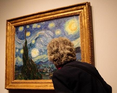 """Bức """"Đêm đầy sao"""" hiện được treo ở Viện bảo tàng Nghệ thuật Hiện đại New York."""