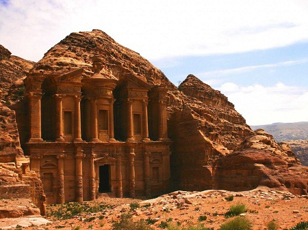 Khám phá Petra - một thành phố cổ xưa với nhiều cảnh quan được tạc vào lòng núi đá ở Jordan.