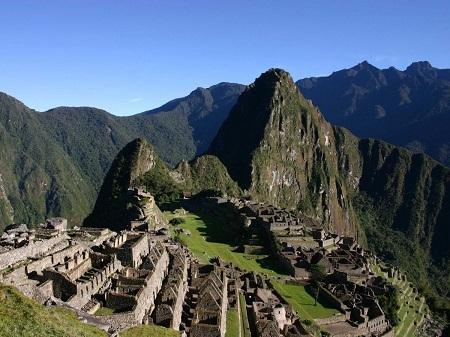 Leo lên đỉnh ngọn núi Huayna Picchu để thu vào tầm mắt quang cảnh khu di tích Machu Picchu, Peru.
