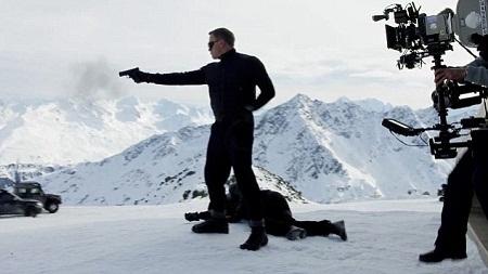 Trong tập phim mới, thời trang của Bond có tông màu chủ đạo là màu đen.