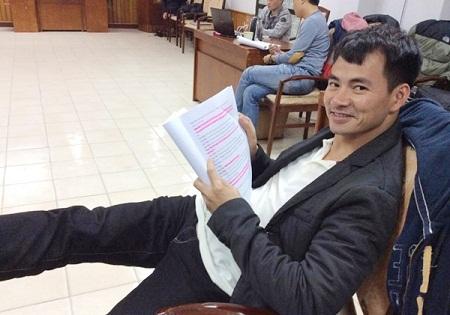 Nghệ sĩ Xuân Bắc với cuốn kịch bản dày cộp bôi đỏ chi chít.