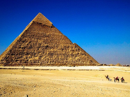 Chiêm ngưỡng kim tự tháp Giza ở Ai Cập.