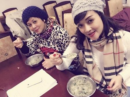 Nghệ sĩ Quang Thắng, Minh Hằng, Vân Dung thưởng thức món cháo chim do fan tặng.
