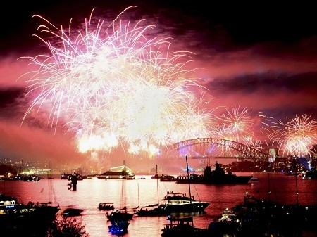 Ngắm pháo hoa đón chào năm mới ở cảng Sydney, Úc.