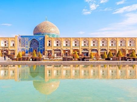 Chiêm ngưỡng thánh đường Hồi giáo Sheikh Lotfollah ở Isfahan, Iran.