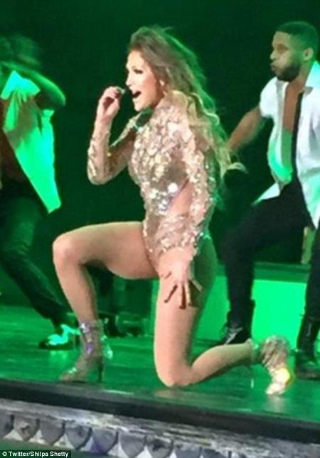 Jennifer Lopez biểu diễn trong đêm cuối cùng của hôn lễ kéo dài 3 ngày.