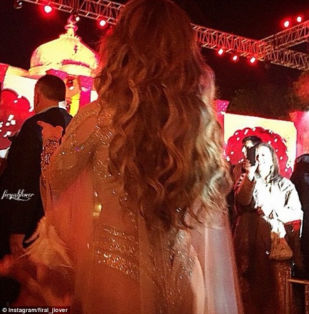 Một vị khách đã kịp thời chụp lại lúc Jennifer Lopez chuẩn bị bước lên sân khấu.
