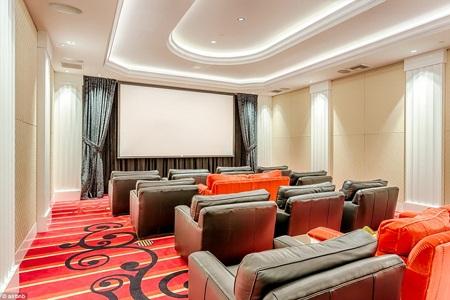 Nơi đây còn có rạp chiếu phim riêng để phục vụ những cư dân sống trong tòa nhà.