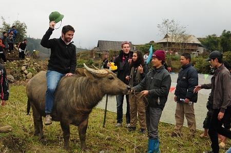 Du khách nước ngoài thích thú thử cưỡi trâu trong lễ hội Roóng Poọc Tả Van Sa Pa.