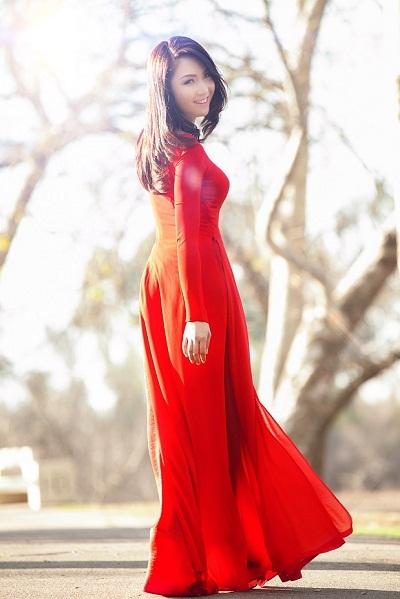 Hoa hậu Jennifer Chung diện áo dài đỏ phù hợp với không khí Tết Việt