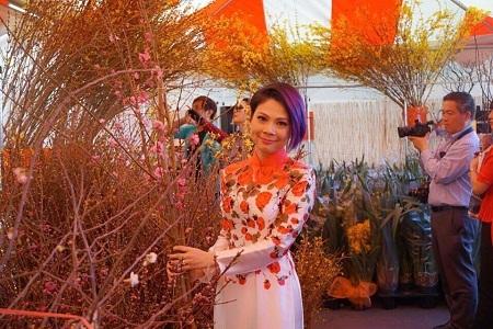 Nữ ca sĩ thích thú khi vào khu bán hoa của chợ Tết ở Mỹ