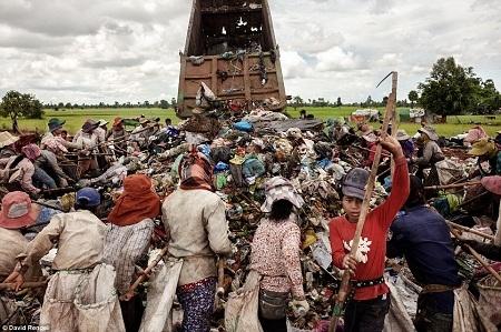 Mỗi ngày có hàng tấn rác được chở đến nơi đây.