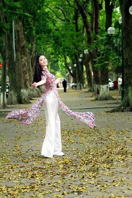 Hoa hậu Thùy Dung và những khoảnh khắc đẹp trên phố Phan Đình Phùng.