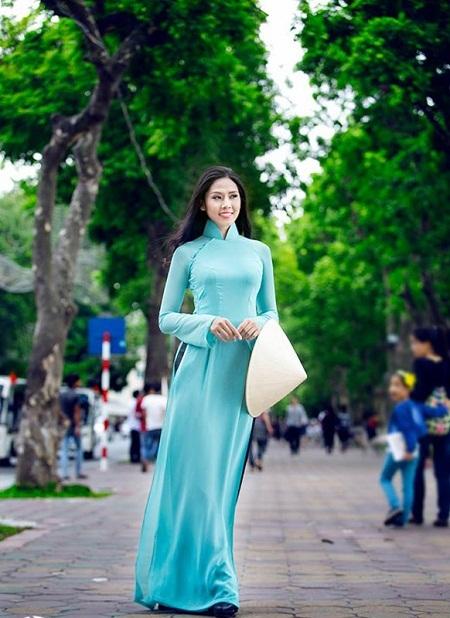 Hoa hậu biển Nguyễn Thị Loan trên tuyến phố gần Hồ Gươm.