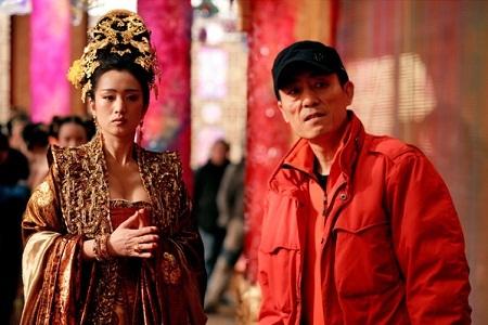 """Củng Lợi và Trương Nghệ Mưu trên phim trường """"Hoàng Kim Giáp"""" (2006)"""