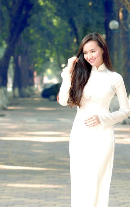 Lã Thanh Huyền đẹp nền nã với áo dài trắng trên đường phố Hà Nội.