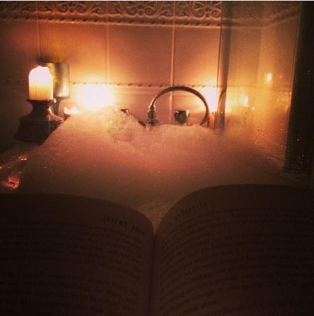 Thắp nến thơm và ngâm mình trong bồn tắm, thư thái đọc một cuốn sách sau ngày làm việc mệt nhọc.