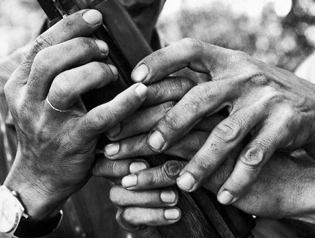 Đôi bàn tay bỡ ngỡ lần đầu chạm vào khẩu súng.