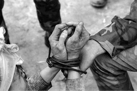 Đôi bàn tay bị giam hãm, tù đày.