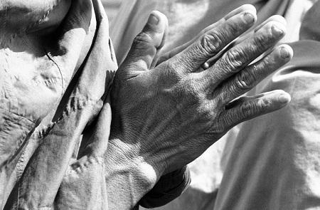 Đôi bàn tay cầu nguyện an lành.