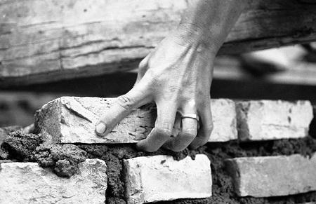 Đôi bàn tay đã ba lần phải dựng lại nhà.