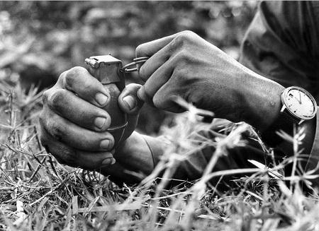 Đôi bàn tay của chiến tranh, chết chóc.